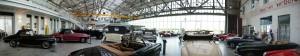 Panoramablick über die Verkaufsfläche historischer Fahrzeuge