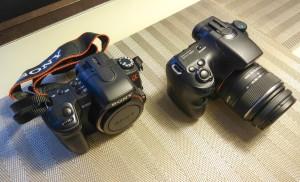 Alpha 350 (links) und Alpha 65 (rechts, mit Kitlinse) im optischen Direktvergleich