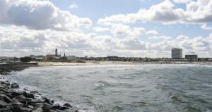Blick von der Mole in Richtung Stadt und Strand - fast schon herbstlich, aber schön