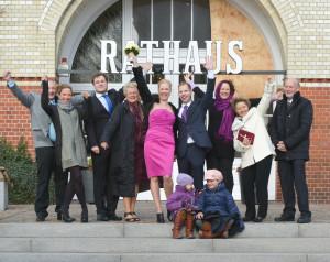 Gruppenfoto vor dem Rathaus in Westerland