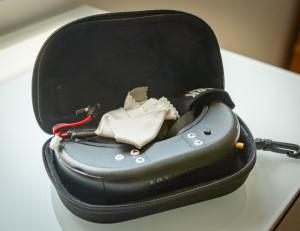 Dominator in mitgeliefertem Case. Vorn rechts erkennt man den Antennenanschluss und kann sehen, dass die Antenne unmöglich montiert transportiert werden kann..