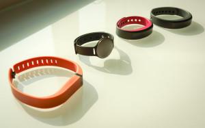 Von links nach rechts: Fitbit Flex, Misfit Shine, vivosmart S berry, vivosmart L grau