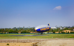 """Zeppelin knapp südlich von LA beim Start (Computerspielern auch als """"Air Blimp"""" bekannt)"""