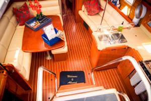 Welcome aboard (hier: Blick auf den geräumigen Salon)