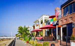 Ein Schnappschuss vom Boardwalk: Kleine Häuser, schmaler Weg, wenig Strand, viel Wasser